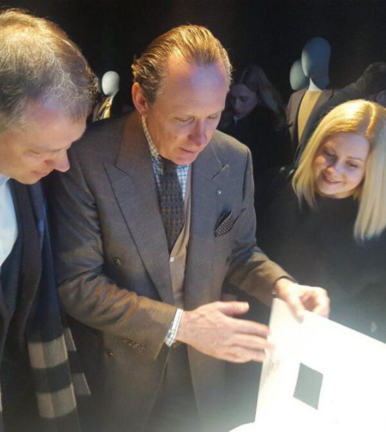 Ermenegildo Zegna izpilddirektors Gildo Zenja un Elgas klients, vīriešu modes nedēļā Milānā